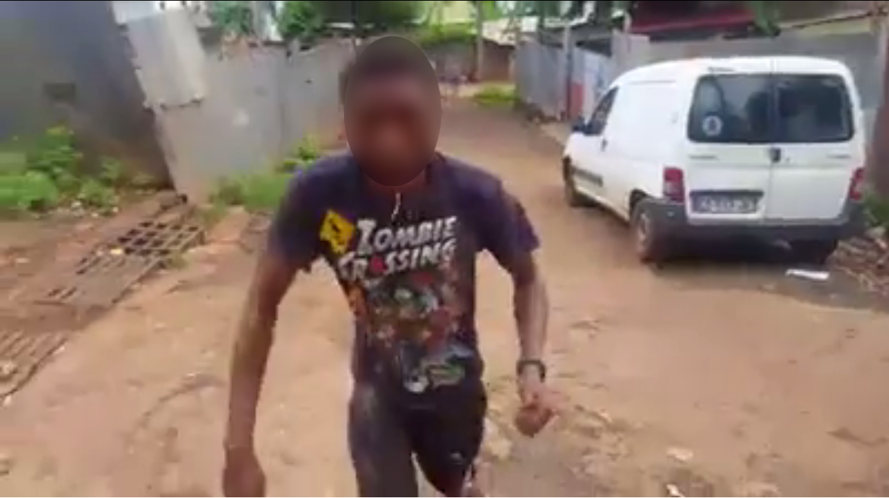"""Un jeune homme drogué à la """"chimique"""" essaie de tenir debout alors qu'il est chahuté par plusieurs personnes. Capture d'écran d'une vidéo publiée sur Facebook."""