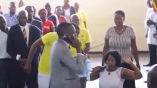 Paul Sanyangore parle avec Dieu au téléphone.