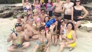 Les photos de ces touristes avec des coraux à la main ont fait polémique en Malaisie. Photo publiée sur Facebook par Chris Ong.