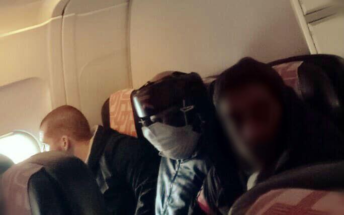 Photo d'un étranger en situation irrégulière, reconduit en Algérie par avion le 3 décembre dernier. Photo prise par notre Observateur, passager du vol Paris-Alger.