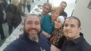 """Mallakeh Jazmati, one of the members of the Facebook group """"Exiles' Kitchen"""" with friends and German Chancellor Angela Merkel."""