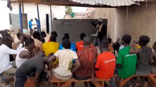 Cours au centre pour enfants des rues de l'association Tchado-star à N'Djamena