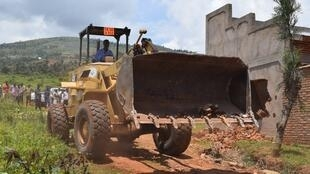 Des bulldozers sont venus détruire les maisons construites illégalement à Gasenyi sur le terrain où doit se construire le futur palais présidentiel. Photo Twitter Ikihiro.