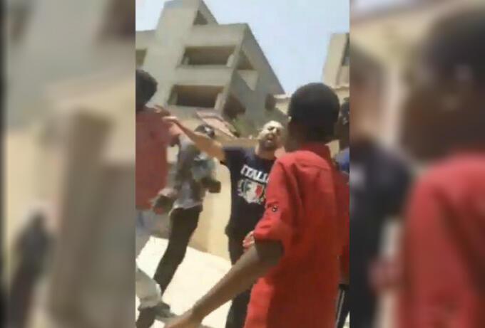 Capture d'écran d'une vidéo publiée sur Twitter et montrant un agent de sécurité libyen poussant violemment un réfugié soudanais.