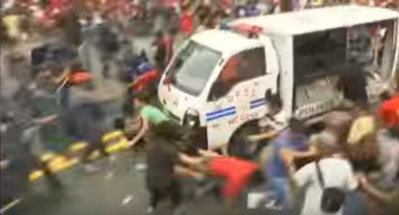 Une manifestante se faisant écraser par un camion de police à Manille