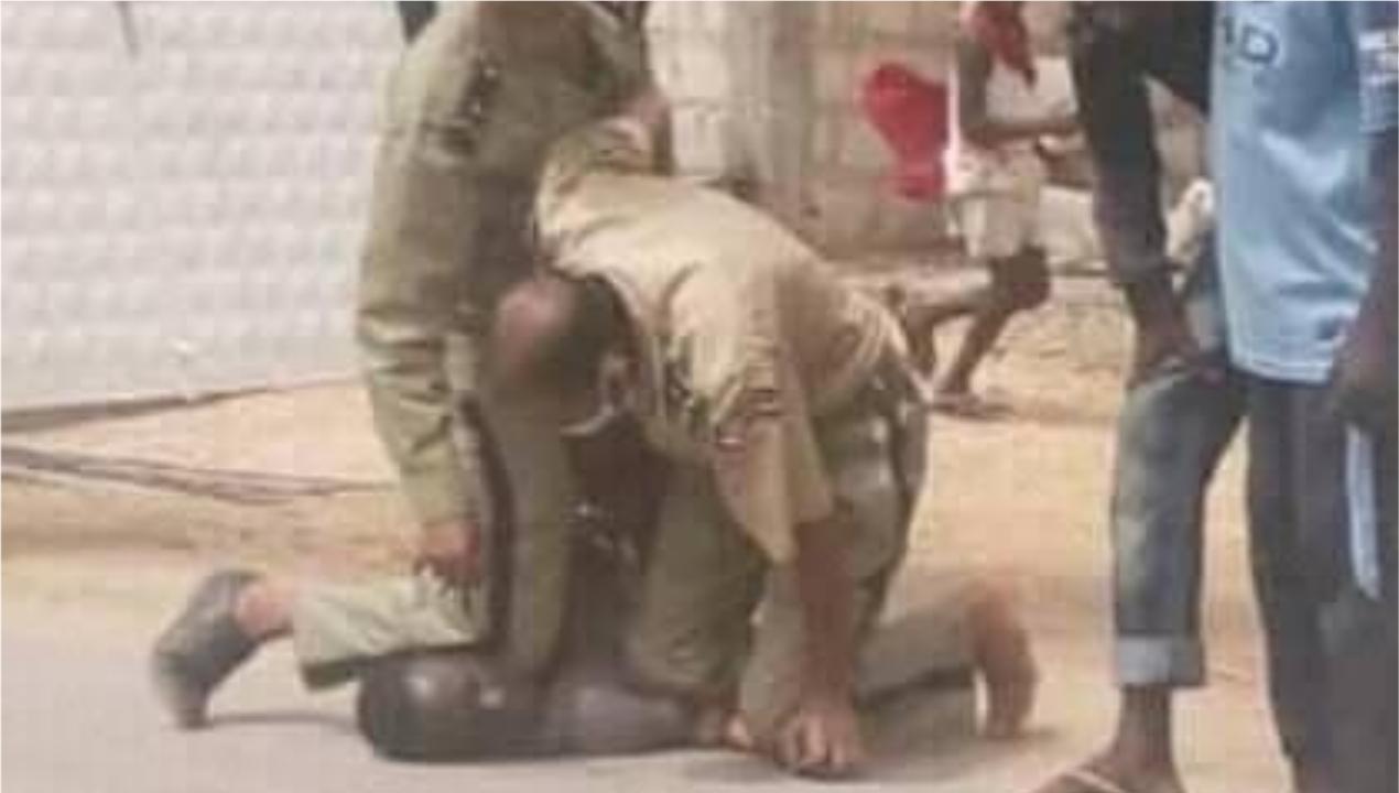 Deux policiers mauritaniens appliquent un plaquage ventral pour arrêter un individu à El-Minaa dans la capitale Nouakchott. La scène a choqué en Mauritanie, des internautes faisant la comparaison avec l'arrestation qui a coûté la vie à George Floyd.