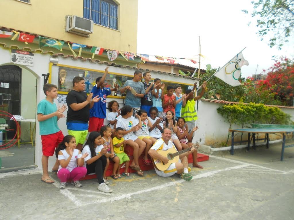 Dans le quartier Campo Grande, en périphérie de Rio, un habitant organise des mini-JO pour les enfants.
