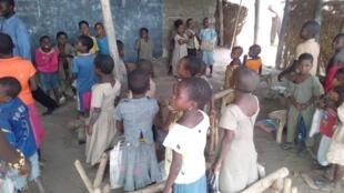Dans l'école du village d'Amato, les élèves de CP et CE1 suivent leurs cours assis sur des poutres en bois.