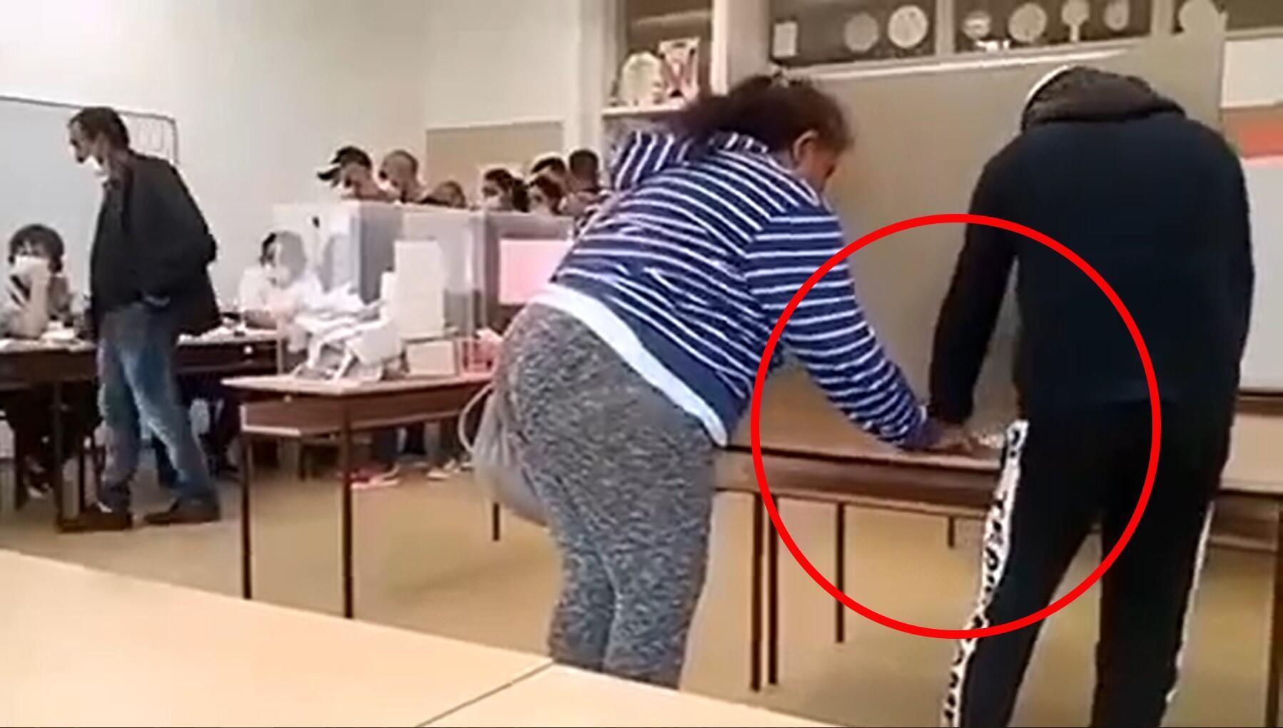 Une femme intervient dans le vote d'un électeur en Serbie, le 21 juin 2020. Crédit : Facebook.