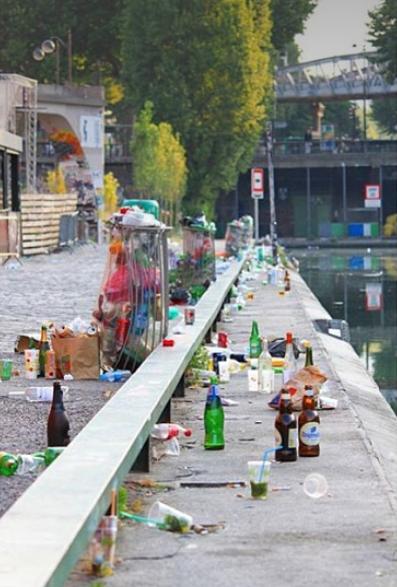 Photo des détritus jonchant les quais du canal Saint-Martin à Paris.