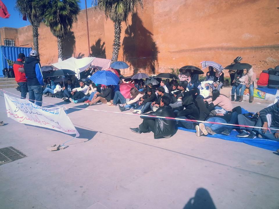 Sit-in des enseignants stagiaires dans le quartier de Bab Lhad, à Rabat. Toutes les photos ont été postées sur la page Facebook de la Commission nationale des enseignants stagiaires.