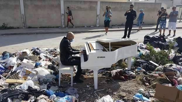 Lotfi Garbys joue du piano au milieu d'une décharge sauvage pour protester contre la prolifration des immondices à Bizerte. Photo Twitter