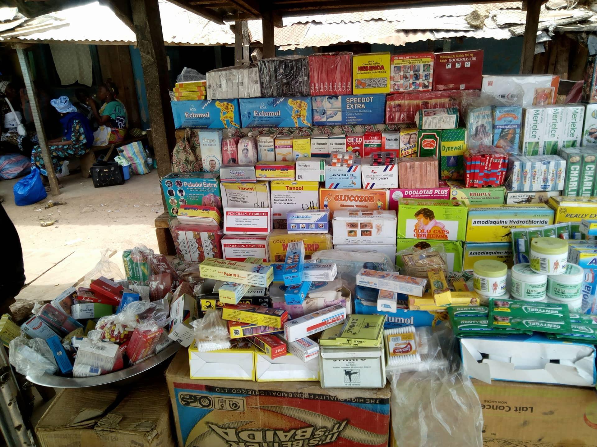 Un étalage de médicaments dans la gare routière de Mahapleu. Crédit : Rita Dro.