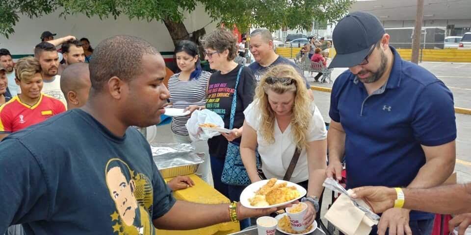 Les volontaires de l'association Team Brownsville servent des repas à des demandeurs d'asile à Matamoros, au Mexique. Crédit: Team Brownsville