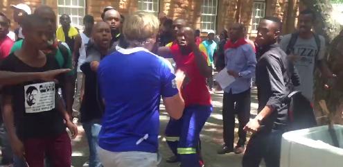 Capture d'écran d'une des vidéos montrant des affrontements entre étudiants blancs et noirs à l'université de Pretoria, le 22 février.