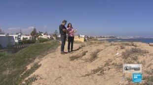 """مراقبتنا في مدينة المحمديو وهي تفسر كيف تمت إزالة كثبان رمل لبناء مركب سكني يطل على البحر. صورة من حلقة برنامج """"مراقبون - خط مفتوح"""""""
