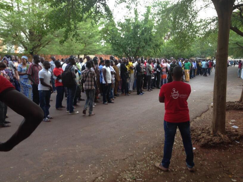 Longue file d'atente à Bamako pour les demandes de passeport. Photo :Mahamadou Diakité.