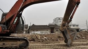 Construction trucks by the Ren family home. Photo posted on the blog of a Zhengzhou resident.