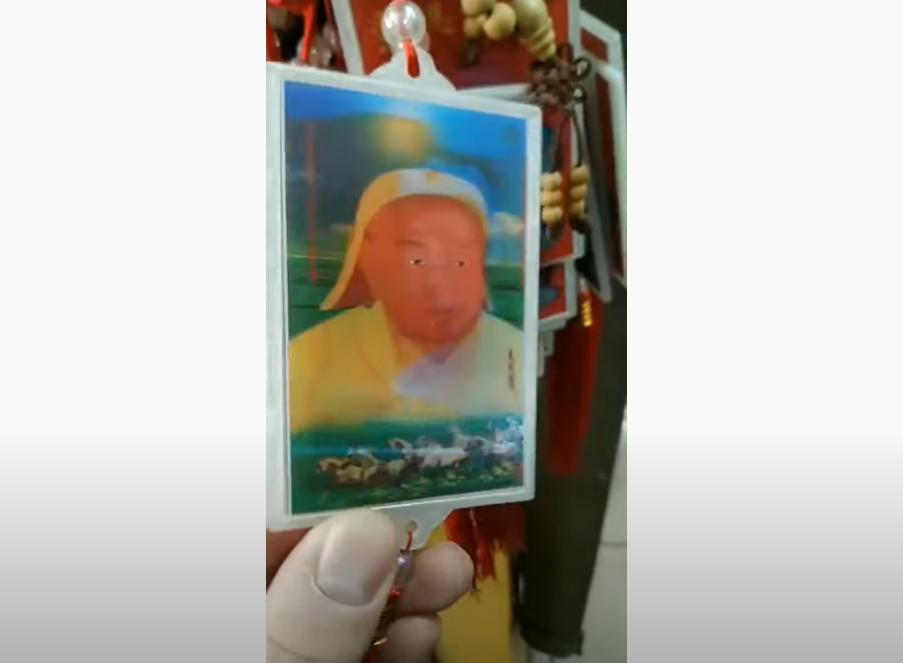 Un pendentif mélangeant les figures de Genghis Khan et Mao Zedong en Mongolie intérieure