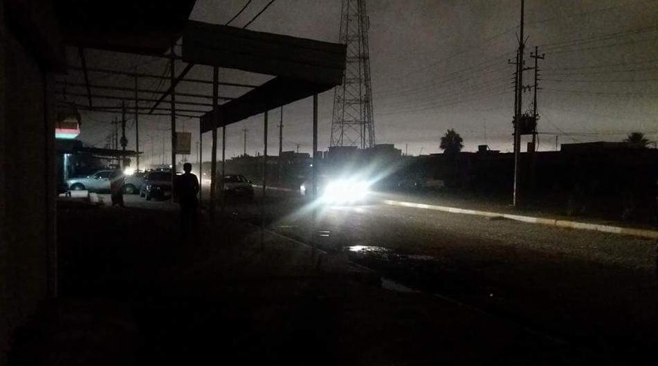 Photo prise à Qayyarah vers midi ce mercredi. La ville est pratiquement plongée dans le noir à cause de la fumée du pétrole