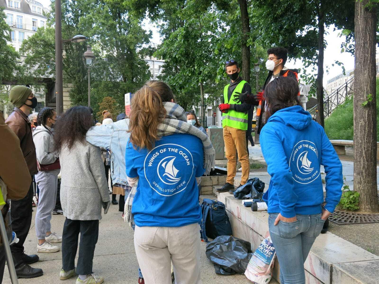Thomas Duflaut (à droite) s'adresse aux bénévoles avant la collecte.