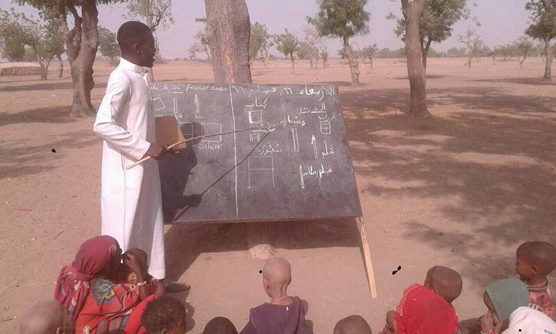 Leonard Watouing Gamaïgué a pris l'initiative en novembre 2019 de donner bénévolement des cours dans un campement de nomades non loin de la capitale N'Djamena. Photo envoyée par Leonard Watouing Gamaïgué.