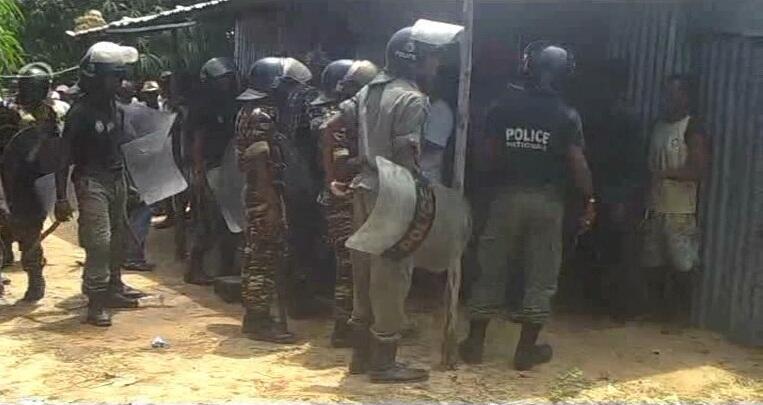 Des militaires malgaches demandent à des habitants de Belinta, à Mahajanga, de quitter leur domicile. Toutes les images sont des captures d'écran d'une vidéo amateur.