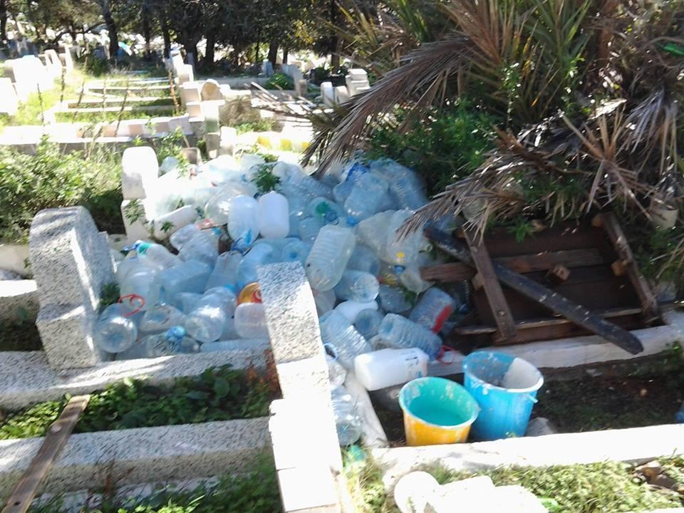 Tombes dans le cimetière Al Moudjahidine de Tanger, recouvertes de bouteilles plastiques et de déchets. Photo prise par notre Observateur.