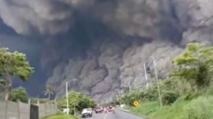 Des nuages de cendres sont montés jusqu'à 10 kilomètres de hauteur. Capture d'écran d'une vidéo amateur.