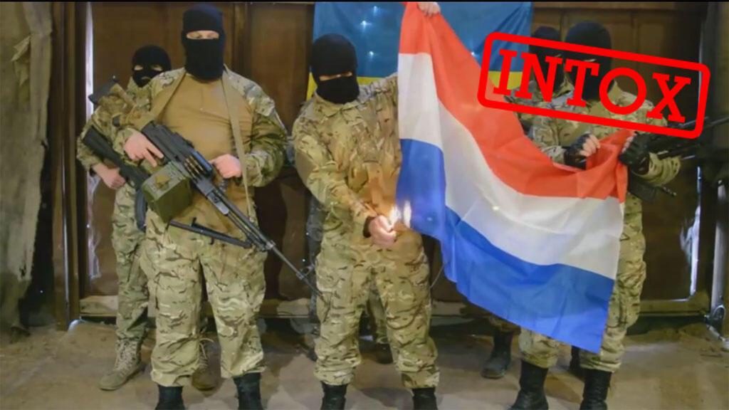 """De présumés membres du """"régiment Azov"""", un groupe de volontaires qui combattent auprès de l'armée ukrainienne, menacent les Pays-Bas et brûlent leur drapeau. Ces vidéos, non revendiquées, présentent plusieurs incohérences."""