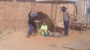 Capture d'écran de la troisième vidéo ci-dessous, tournée à Epworth, dans la banlieue de la capitale zimbabwéenne, le lundi 4 juillet.