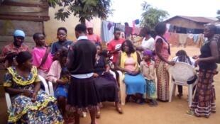 Au Nord-Kivu, à Oicha, l'ONG PGDD organise des ateliers pour aider les femmes qui ont subi des violences sexuelles à se reconstruire et se réinsérer ; ici un atelier tressage de cheveux. Crédit : PGDD.