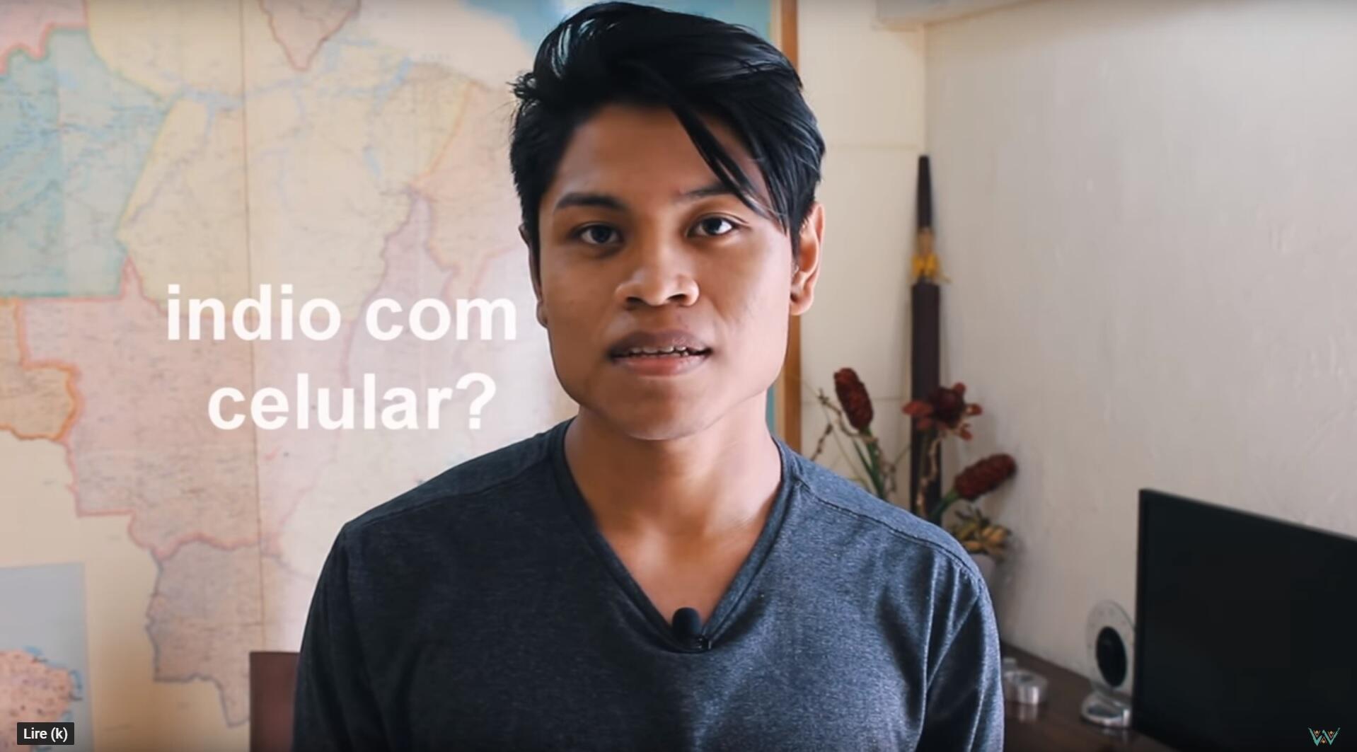 """""""Un indien avec un téléphone portable ?"""" Cristian Wariu s'est lancé sur YouTube pour combattre la désinformation envers les peuples indigènes au Brésil. Capture d'écran / Wariu, YouTube."""