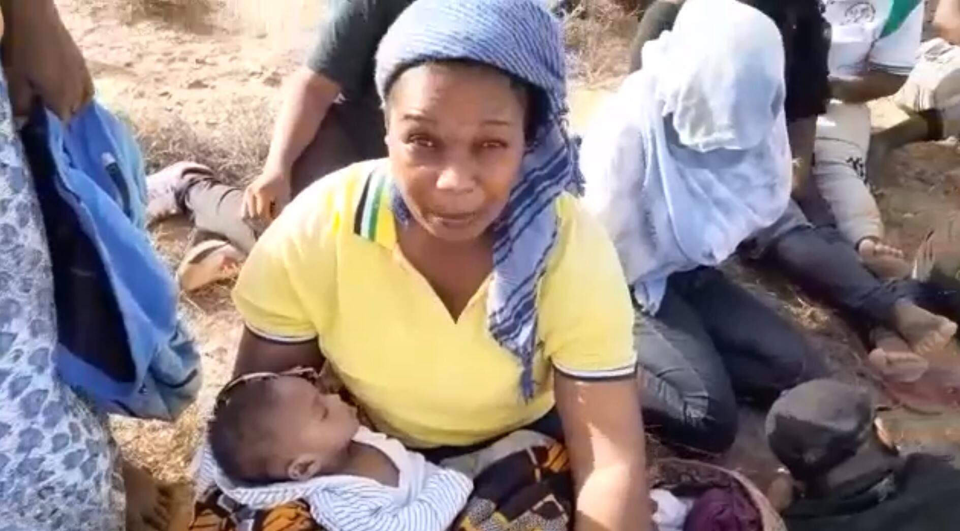 صورة من شاشة فيديو صوره في 3 أغسطس/آب 2019 أحد المهاجرين القادمين من ساحل العاج وقال إنه هو وبقية المهاجرين تُركوا في الصحراء قرب الحدود الليبية.