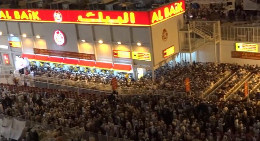 Capture d'écran d'une vidéo amateur montrant une foule impressionnante devant l'entrée du fast-food Al Baik à la Mecque.