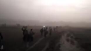 Des familles rohingyas marchent le long de la frontière avec le Bangladesh. Capture d'écran de la vidéo de notre Observateur.
