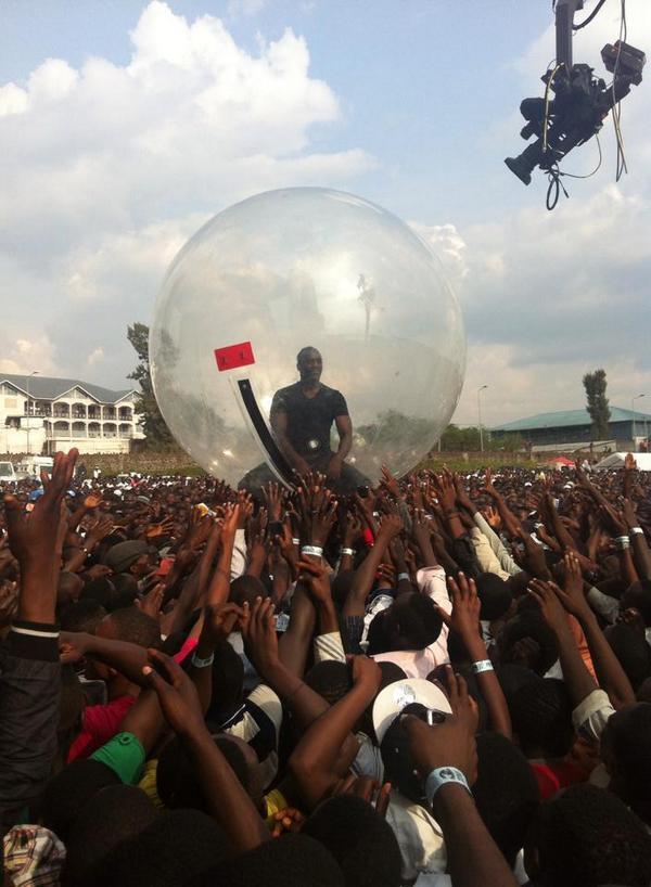 Akon, dans une bulle en plastique, porté par les habitants de Goma.