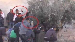 Cette photo qui montre des badauds en train de filmer en plein mileu d'une fusillade contre des jihadistes à Ben Guerdane a beaucoup circulé sur les réseaux sociaux.
