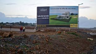 Affiche publicitaire par Prestigia, leader immobilier du luxe, filiale du groupe Addoha. Photo: Nadir Bouhmouch