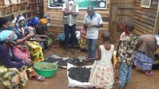 Une formation à la production de boules d'argile dans le Sud-Kivu auprès de l'association des veuves d'éco-gardes du parc Kahuzi-Biega. Photo : Cédric-Dubois Muliri / Objectif Brousse.