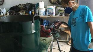 Une volontaire d'Algérie Propre fabrique une poubelle. Crédit : Algérie Propre