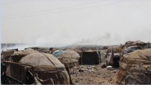 A Bamako, des déplacés Peuls ont installé un camp sur un dépôt d'ordures