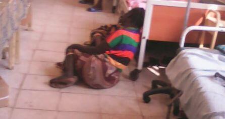 Une femme a terre dans une clinique de Juba s'abritent alors que des obus tombent non loin (détail d'une photo ci-dessous).