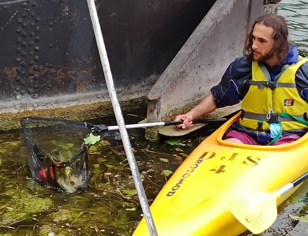 En voyant le travail des bénévoles, un homme qui passait par là en canoë a proposé son aide pour repêcher des déchets dans le canal.