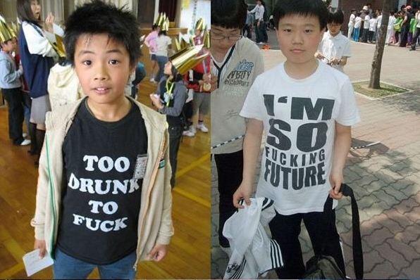 """""""Trop saoul pour b****r"""" arbore, à gauche, ce petit garçon sur son tshirt. À droite, un autre jeune chinois porte lui un t-shirt sur lequel est écrit : """"Je suis tellement put*** de futur""""."""