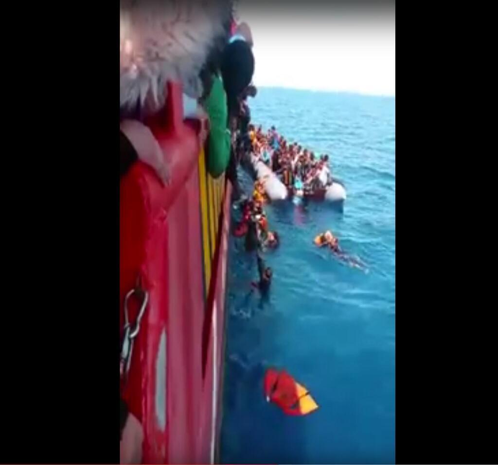 Capture d'écran d'une vidéo transmise par notre Observateur, et qui montre des migrants essayant de monter sur un bateau de transport de marchandises.