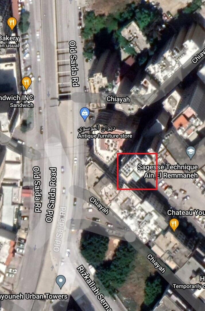 Le sniper se trouvait sur le toit de l'immeuble délimité par carré rouge rouge.