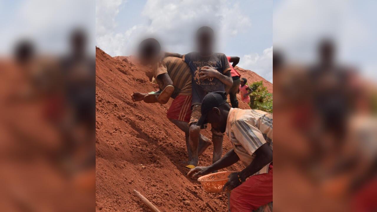 De jeunes garçons présents dans la mine de Kambélé.