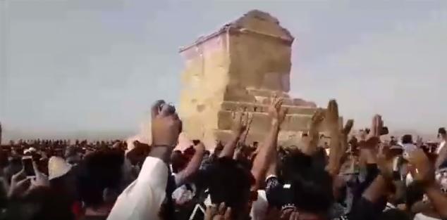 Des milliers de personnes devant la tombe du roi Cyrus, le 28 octobre 2016.