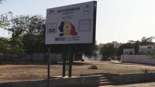 Photo de notre Observateur à Dakar d'une affiche de sensibilation au vote pour le référendum